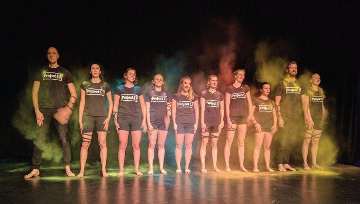T-shirts Project [ ]. Elk jaar begint de dansgroep 'blank'. Geïnspireerd door de dansers, wensen en ideeën creëren ze samen een unieke en verrassende dansvoorstelling en 'kleuren' ze Project [ ] in.