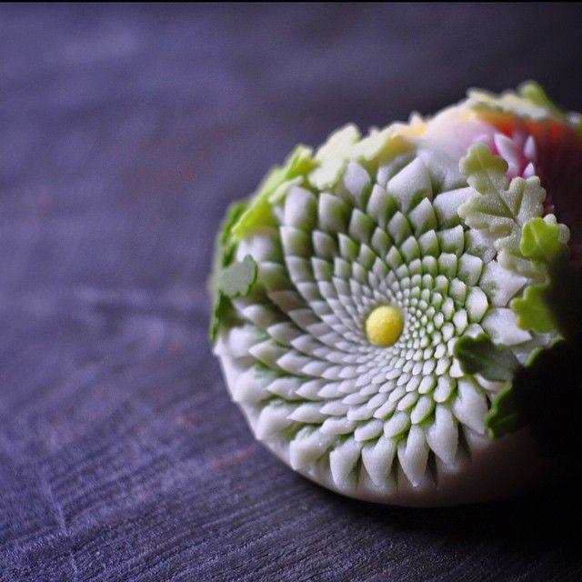 """一日一菓 「はさみ菊 三面三色切 """"雅""""」 煉切製 wagashi of one day """"Scissors chrysanthemum type 7""""…"""