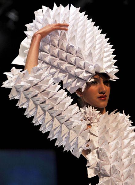 コロンビアの首都ボゴタで開かれた国際ファッションショーで披露されたコロンビア人デザイナーの紙の作品(2011年02月15日) 【AFP=時事】 ▼15Feb2011時事通信|折り紙ファッション プレミアム写真館 2011年02月 http://www.jiji.com/jc/pp?d=pp_2011p=201102-photo85 #Bogota