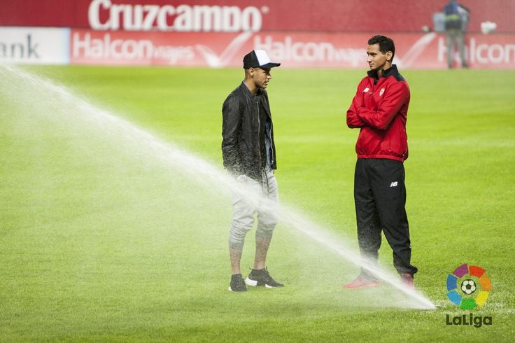 LaLiga: Arranca el #SevillaFCBarça en el Sánchez-Pizjuán!  Quién ganará el partido?  #LigaEspañola