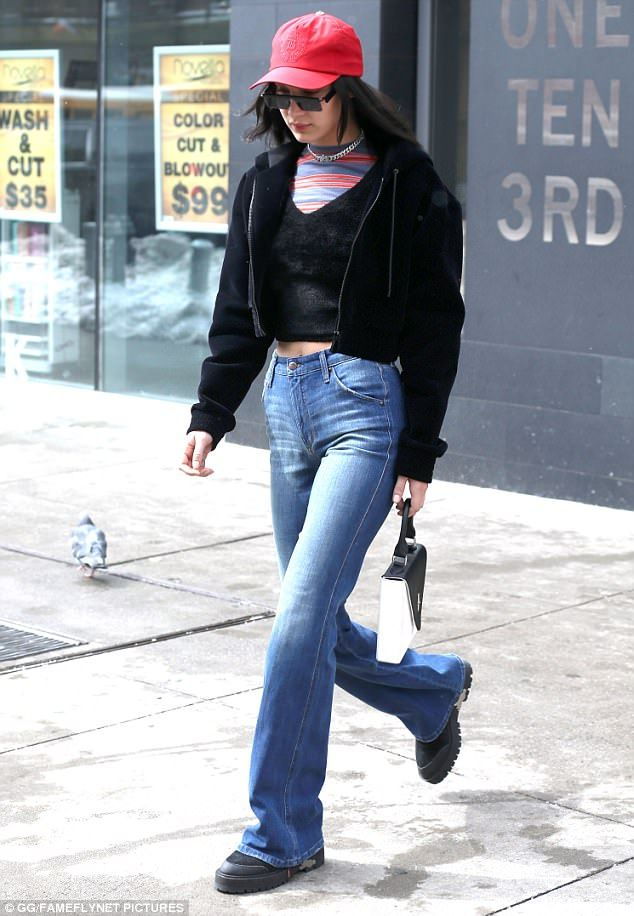 Nice purse: She kept her head down while wearing a red baseball cap. But the sister of Gigi Hadid did not leave all glam aside. In her hand was a stylish structured black and white purse