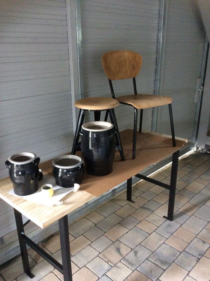 Das Ergebnis eines Schmirgel- und Lackiernachmittages... Alte Tontöpfe, alter Industriestil Hocker und Stuhl erstrahlen in neuem Glanze