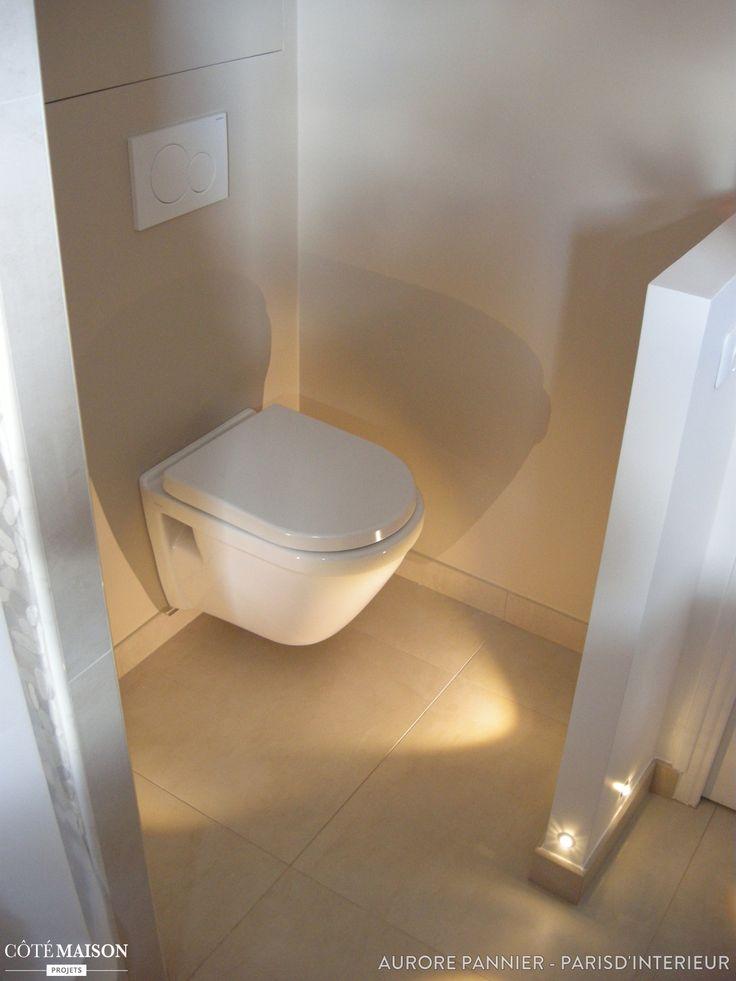 Une salle de bain à rénover complétement avec douche façon italienne, double vasque, tons neutres et pierre minérale.