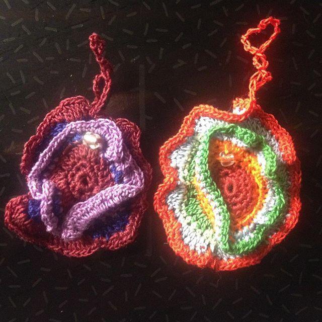 Two new fannies for Easter #schnirkelcraft #crochet #feminism #vagina #art #påskekusser #hækling #kusser