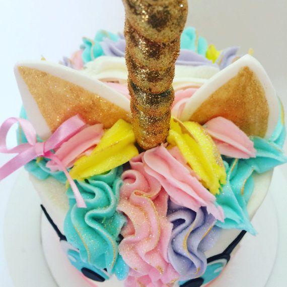 Ce qui en fait un gâteau de licorne puis c'est le topper pour vous!  Nous avons tourné une sucette de Licorne à une une corne de licorne! Peinte en peinture comestible et recouvert de paillettes comestibles de correspondance.  Cette corne est un 100 % comestible.  Taille: la partie de bonbons est d'environ 5 longueur totale est de 9-10»