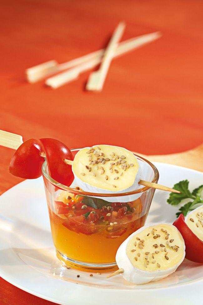 Käse-Spießchen an exotischem Dipp