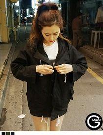 Today's Hot Pick :フード付きストリングミリタリージャケット http://fashionstylep.com/SFSELFAA0012678/hkm0977jp/out GOGOSINGオリジナルミリタリージャケット☆ ジップアップスタイルのパーカー風ジャケットです。 人気のオーバーサイズでカジュアルな着こなしと好相性◎ フードと裾に差し色のストリングがアクセント!! スキニーやショートパンツなど、タイトなボトムスとのコーデがおすすめです。