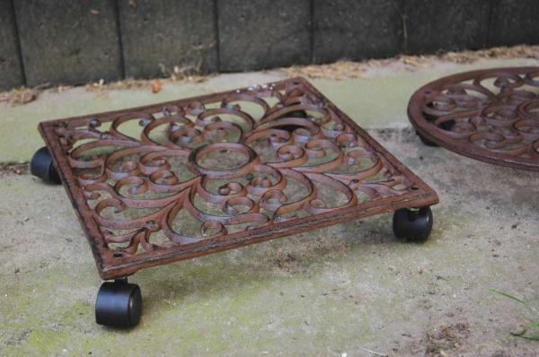 Hagyományos mintájú, négyzet alakú öntöttvas gurulós virágcseréptartó négy műanyag kerékkel. Megkönnyíti a nagy méretű és súlyú virágcserepek áthelyezését, mozgatását.