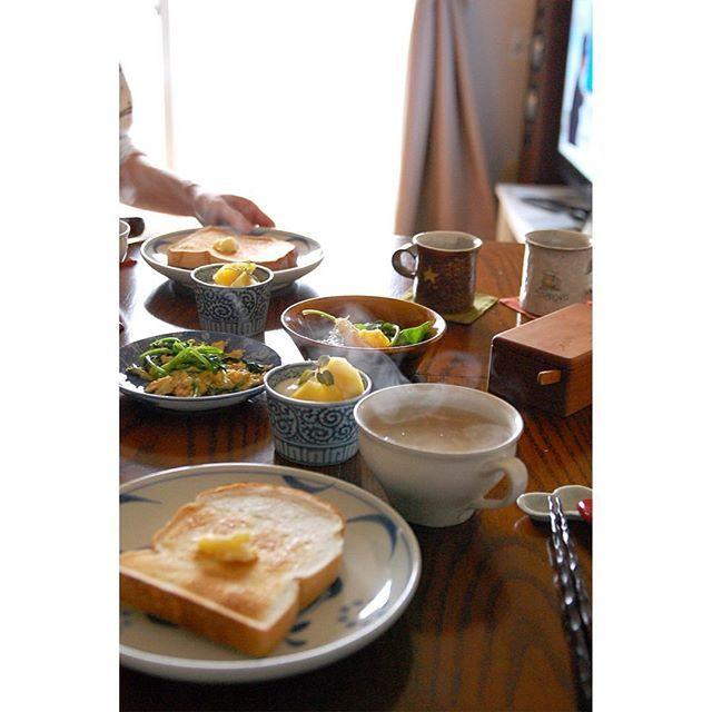2016.4.17 夫作ごはんでブランチ。昨日求めたパン、スープは玉ねぎとベーコンの生姜スープ、おかずはオレンジのシーザーサラダ風、五香粉の効いたルッコラの中華風卵とじ。パインのせヨーグルト。トーストにはべつかいのバター屋さんを。 #おうちごはん #ブランチ #夫ごはん #器 #砥部焼 #梅山窯 #出西窯 #桑原哲夫 #小栗正男 #骨董 #古いもの #宮岡麻衣子 #三谷龍二 #ナナロクベーカリー #べつかいのバター屋さん
