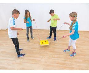 Koordinationsspiel - Bei diesem Spiel muss in einem Team gearbeitet werden. Die Kinder sollen durch Balance versuchen, den Ball an die richtige Stelle zubekommen. Das verrückte Koordinationsspiel kann mit vier oder acht Spielern gespielt werden. #edumero #einfachspielendlernen #koordination #balance #bewegung #geschicklichkeit #gruppenspiel