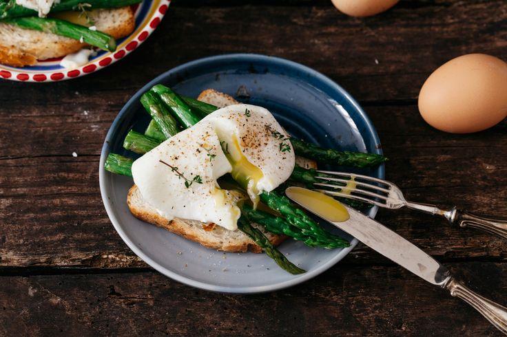 Una ricetta per preparare una colazione salata equilibrata: i toast con asparagi grigliati e le uova in camicia