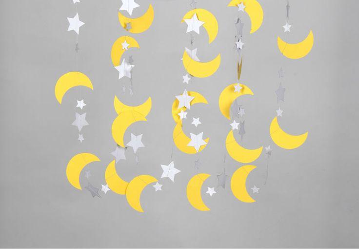 Guirnalda de lunas y estrella de papel para baby shower - https://manualidadesparababyshower.net/guirnalda-de-lunas-y-estrella-de-papel-para-baby-shower/