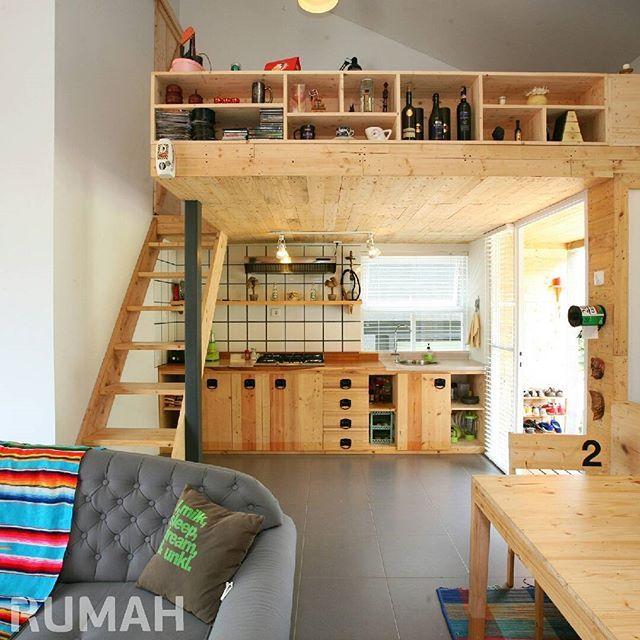 Punya plafon yang tinggi di rumah? Buat ruang mezanin saja di bawahnya. Mezanin bisa dimanfaatkan jadi berbagai ruang, mulai dari ruang santai, kamar, dan ruang penyimpanan. Bagaimana menurutmu? . #tabloidrumah #rumah #mezanin #desainrumah #mezanine #smallroom #smallspace #stair #interior #homeideas #iderumah #dapur #kitchen #kitchendesign