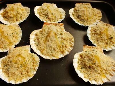 Le capesante gratinate al forno sono sicuramente un piatto tipico del periodo natalizio, generalmente servito come antipasto. Una ricetta semplice e veloce