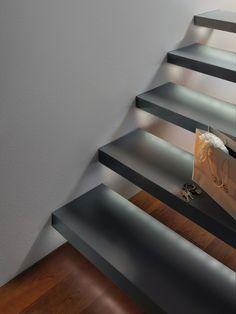 Der neuste Lampen Trend: Beleuchtete Treppenstufen mit den Paulmann LED Stripes. Diese Beleuchtung ist nicht nur schick, sondern auch unglaublich praktisch. Einfach unter die offenen Treppenstufen kleben und schon ist die Treppe elegant beleuchtet. Durch das Licht auf jeder Stufe ist die Treppe damit auch noch sicherer und kleine Kinder oder ältere Menschen finden sicher jede Stufe.