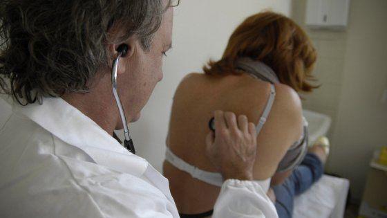 Negli ospedali italiani i camici bianchi più anziani d'Europa. Allarme per pronto soccorso e notti