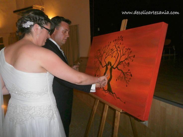 Árbol de huellas. Pintado a mano, en madera y complementos. #arboldehuellas #boda
