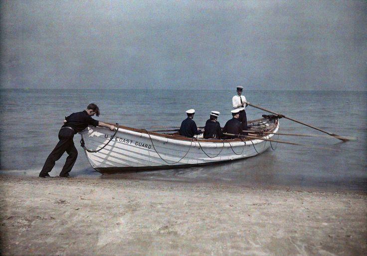 1929. Аштабула, Огайо – служащие береговой охраны отчаливают в своей лодке.