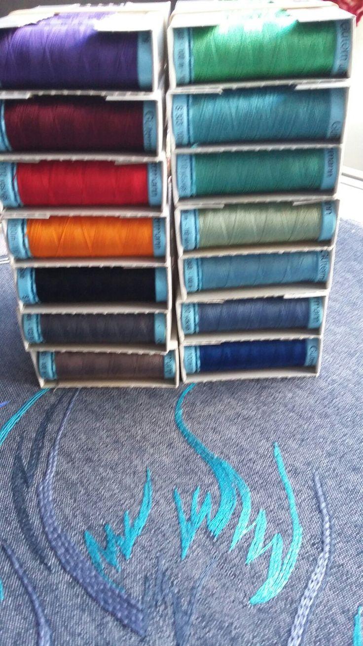 in het atelier zijn veel materialen en gereedschappen te koop voor broderie d'art, borduren en vilten, zoals dit zijde naaimachinegaren