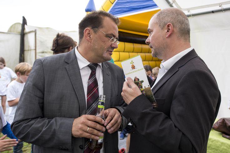 Landwirtschaftsminister Vogelsänger und Bürgermeister Schmidt im Austausch über die GemüseAckerdemie