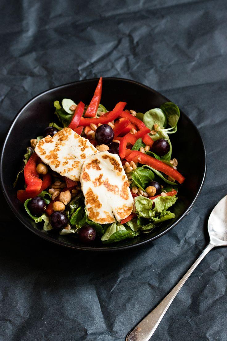 Ein Mittagessen zum Mitnehmen und Vorbereiten: Dinkelkörner, geröstete Kichererbsen, bunter Salat und frisch gebratener Halloumi an Zitronendressing.
