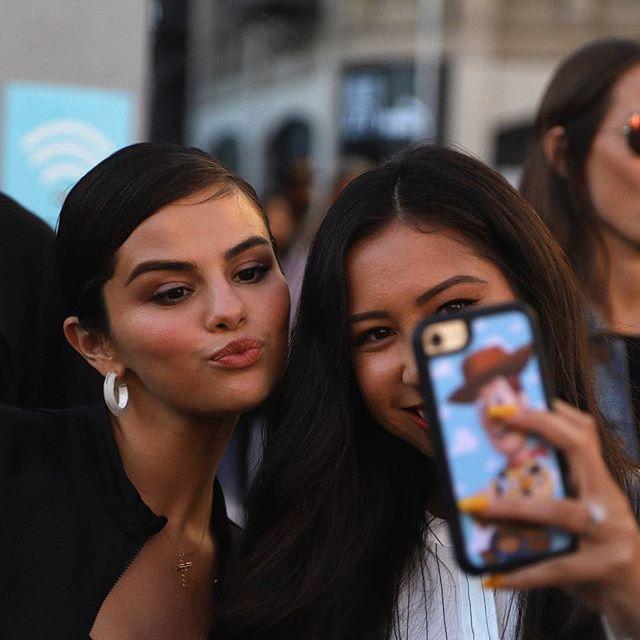 cd394b9a154acf Selena Gomez with a Fan in Defy City  selenagomez con una Fan en Defy City