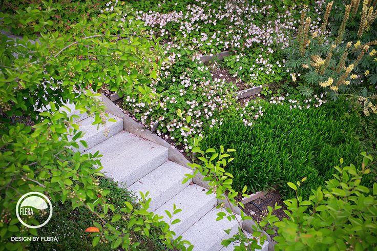 Záhrada vo svahu so schodmi