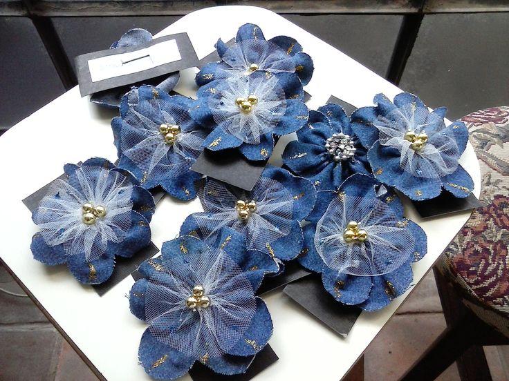 Ganchos para el pelo hechos con tela de jeans o vaquera reciclada flores con diferentes - Flores de telas hechas a mano ...