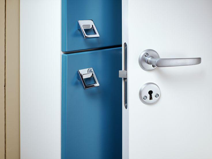 Badrumsförvaring. Logics grunda högskåp får plats bakom dörren vilket ger mer rymd i badrummet. Här i färgen Moody Blue. | GUSTAVSBERG