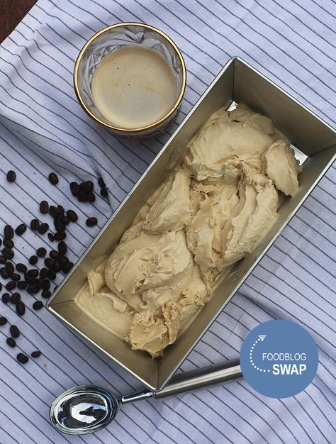 Recept voor heerlijk romig koffeijs. Te maken met de ijsmachine maar eventueel ook zonder.