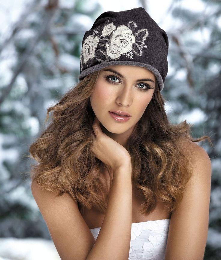 ШАПКА GAJA Женская трикотажная шапка с вышивкой в модном городском стиле. Обратная сторона шапки с небольшим флисовым начесом.