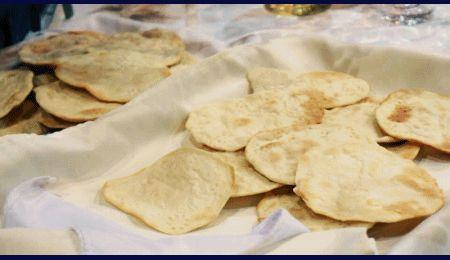 """LA CENA PASCUAL  """"La celebración de la Pascua tenía su punto culminante en la """"Cena pascual"""", donde se recordaba y se celebraba el """"paso de Dios"""", compartiendo los panes ázimos, el cordero inmolado, el vino de la alianza y las hierbas amargas de la esclavitud pasada"""".  La fiesta comenzaba con la cena pascual y se extendía por siete días, de acuerdo con la tradición de los ácimos: Exodo 12,14-20.  Los Panes ácimos"""
