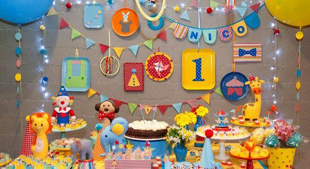 circo 1   decoração de festas   minimimo festas. Olha que lindo e simples esse fundo da mesa com pratos colorido e imagens printadas. Quero fazer um assim já.