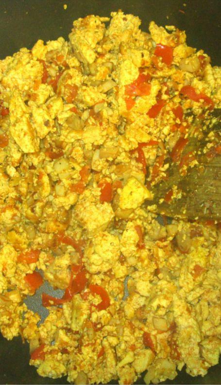 Recette de petit-déjeuner vegan salé : le tofu brouillé aux légumes.