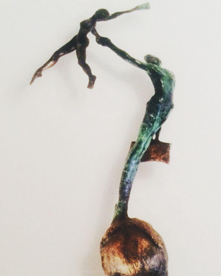"""Amo esta escultura, es del artista  plástico Gerardo Valenzuela. Hecho en bronce, medidas: 100 x 100 x 60. El nombre de esta maravilla llena de contenido , es """"El Viaje""""."""