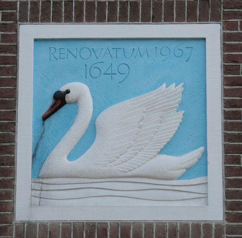 Deze helderblauwe gevelsteen met witte zwaan is ingemetseld in de muur van de Evangelisch Lutherse Gemeente in Zwolle, schuin tegenover Odeon