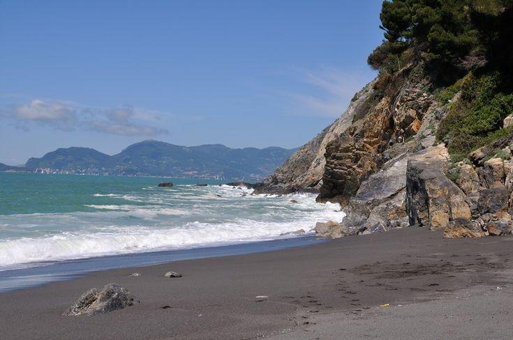 Montemarcello-la-vicina-spiaggia-di-Punta-Corvo.jpg (950×631)