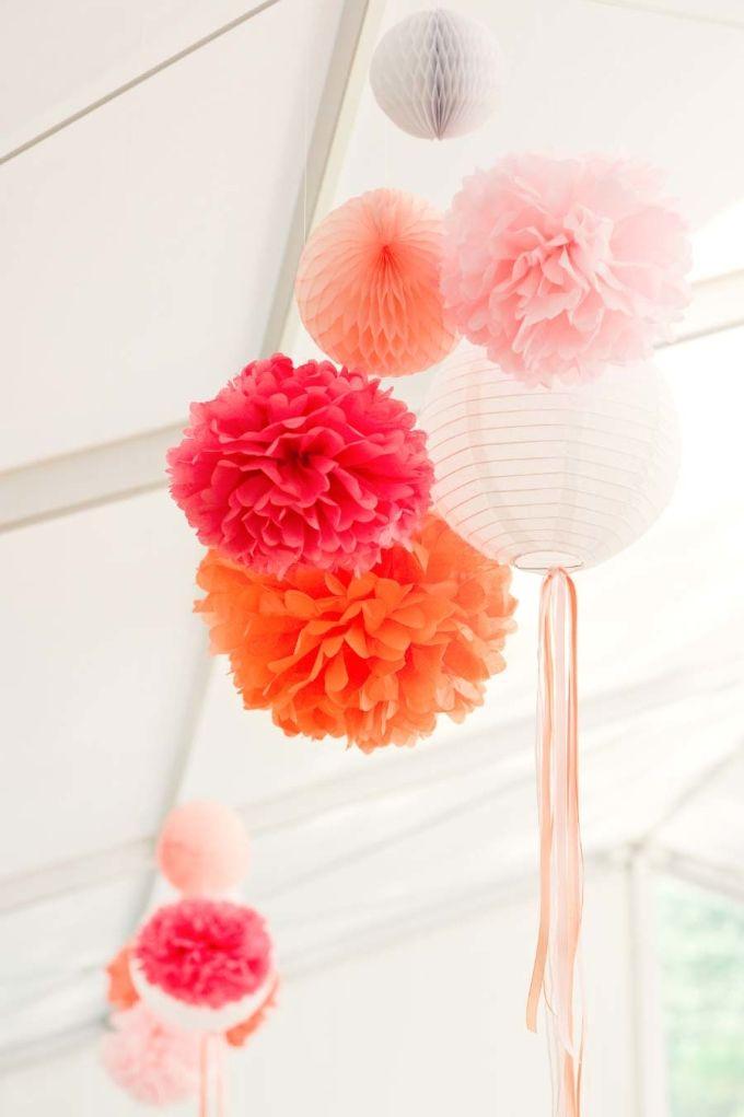 PomPoms sind echt toll als Deko bei der Hochzeit! Auch wir selber haben ein paar PomPom für unsere Hochzeit gebastelt. Foto: http://www.rebecca-dykema.com