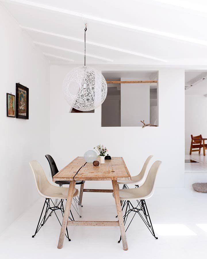 NuBuiten inspiratie // Home Decor // Mesa de madera con sillas Eames