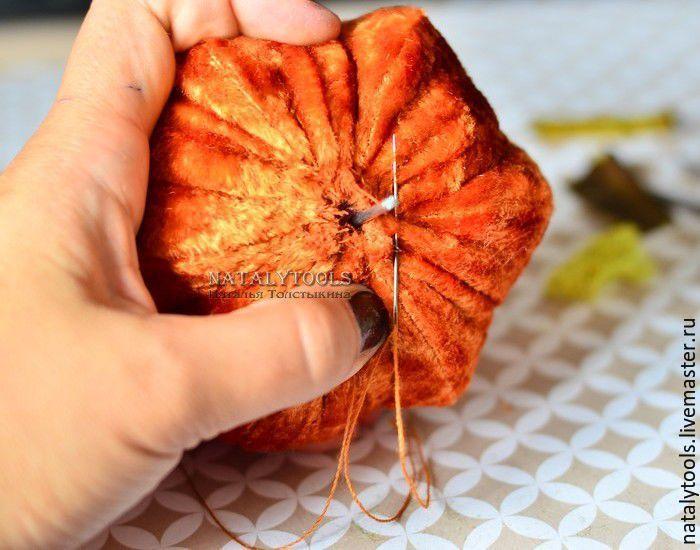 8. Берем крепкую нить и стягиваем ткань (швом «вперед иголку») вокруг отверстия, зашиваем.