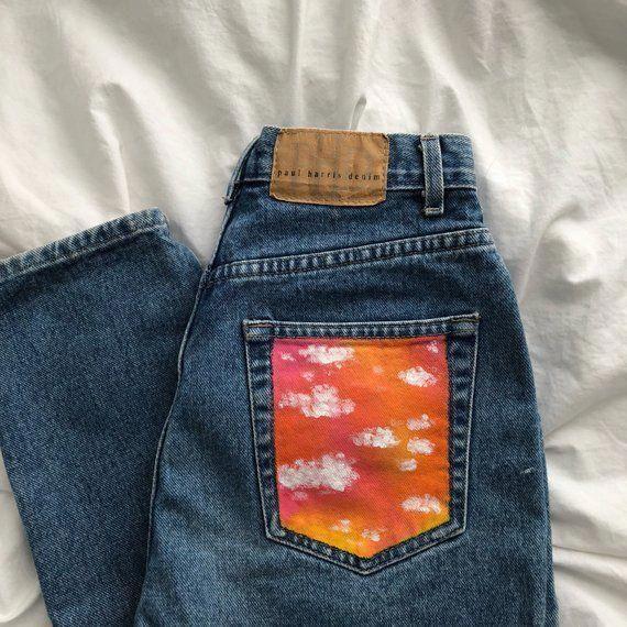 Hoch taillierte Mom-Jeans mit aufgesetzter Gesäßtasche, gemalt in US-Damengrö…
