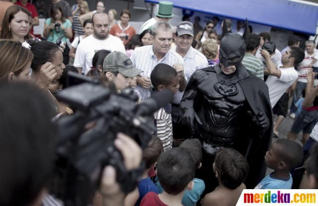 Pahlawan super Batman berbicara kepada anak-anak di sekolah di Kota Taubate. Pinheiro telah dipanggil untuk membantu polisi patroli yang penuh kejahatan jalanan Taubate.