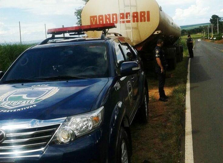 GAPE recupera carretas-tanque roubadas -  No último sábado, dia 07, o inspetor Pichinin e os guardas civis municipais Nogueira e Lourenço, ambos do Grupo de Ações Preventivas Especiais (GAPE), recuperaram duas carretas tanque, que seriam produtos de roubo. Os guardas se deslocavam pela Rodovia Alcides Soares, onde se depararam com as ca - http://acontecebotucatu.com.br/policia/gape-recupera-carretas-tanque-roubadas/