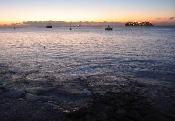Fim de tarde, hora da partida do navio-cruzeiro da ilha de Cozumel, no litotal de Yucatán, no sul do México