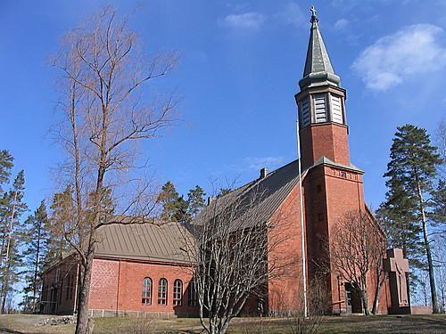 Ylämaan Kirkon suunnittelu aloitettiin syksyllä 1929, jolloin tilattiin piirustukset Ilmari Launikselta. Peruskiven muuraamisen hetki oli 10.8.1930, minkä jälkeen viipurilainen rakennusliike K.V.Sten aloitti työt. Yritys teki kuitenkin konkurssin ja lopulta työn suoritti loppuun paikalliset ammattimiehet. Lopulta tämä kaunis kirkko valmistui ja vihittiin käyttöön toukokuussa 1931.