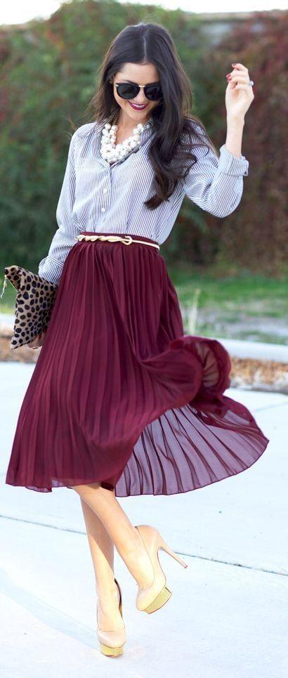 Jupe plissée bordeaux avec chemisier et accessoires trendy - studentrate.com