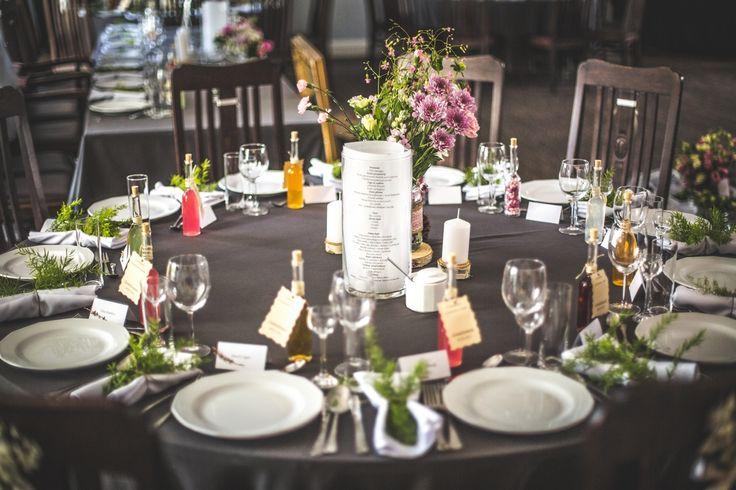 Dekoracja stołu dla gości / table decoration #wedding #flowers #rustic #cutlery