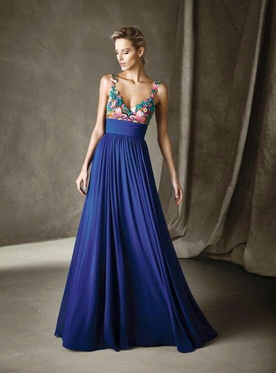 Maxi dress azul de Pronovias, ideal para invitada boda de playa
