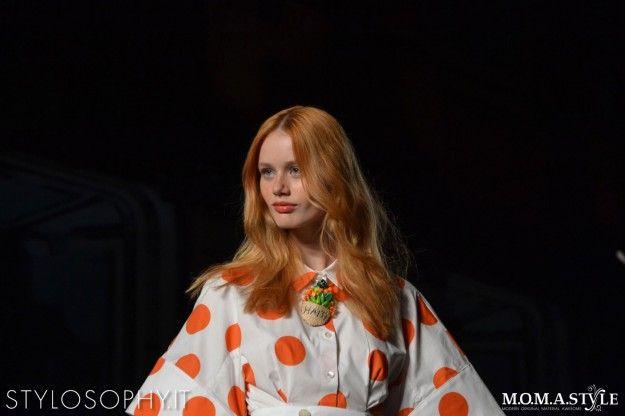 Rosso naturale mosso con labbra brillanti da Stella Jean