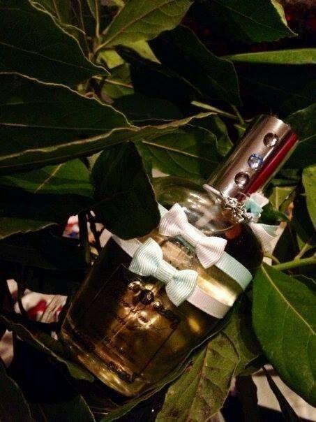 Lazos y perlas adornando un delicado aroma floral